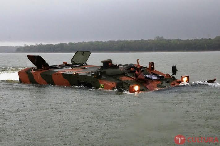 Exército realiza primeiro treinamento em água com blindado Guarani