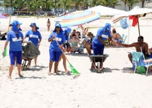 População aprova a limpeza na faixa de banho, no Litoral. Foto: Sanepar