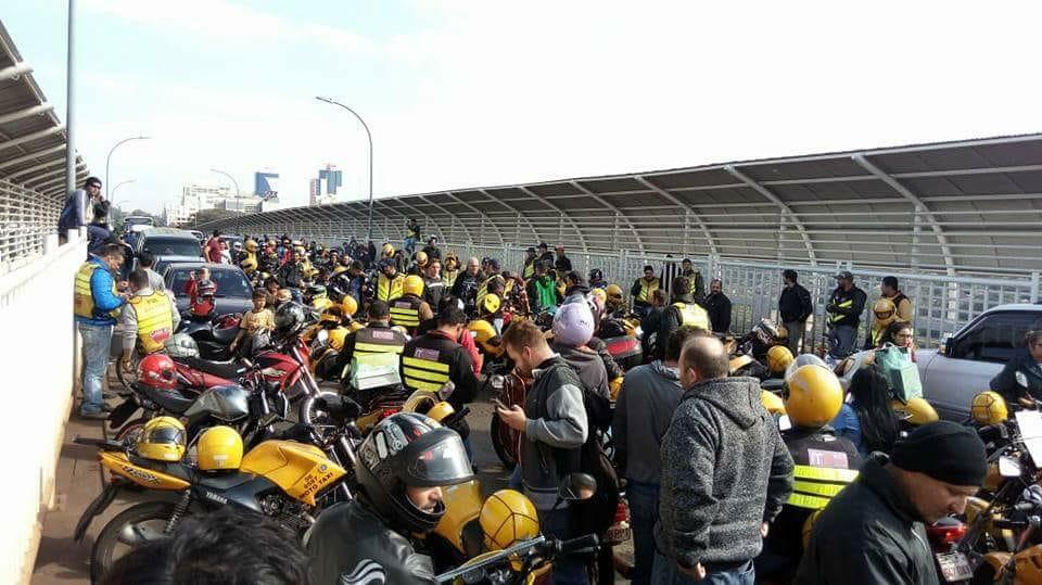 Mototaxistas fecham a Ponte da Amizade por 20 minutos