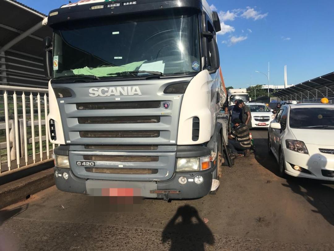 Caminhão carregado com cerveja quebra e congestiona trânsito na Ponte da Amizade - Rádio Cultura Foz