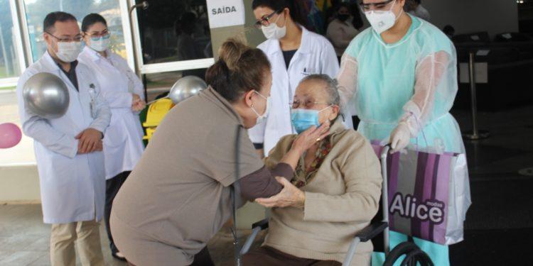 HMCC: paciente de 94 anos recuperada da covid-19 recebe alta, em Foz
